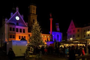 Christkindlmarkt in Freising, Bayern am Marienplatz bei Nacht mit beleuchteten Rathaus und Mariensäule
