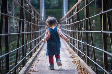 吊り橋を渡る子供