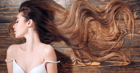 Foto auf AluDibond Friseur Beauty hair Salon. Woman with long beautiful hair. Fashion haircut. Beauty girl with long and shiny wavy hair. Trendy haircuts. Long healthy hair