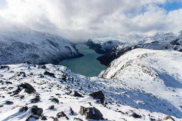Blick auf den Gjende-See vom verschneiten Besseggengrat