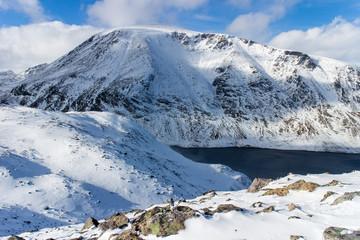 See Bessvatnet zwischen verschneiten Bergen