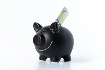 Sparschwein mit Euro-Schein auf weißem Hintergrund