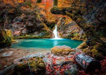 lago y cascada del nacedero del rio urederra en navarra