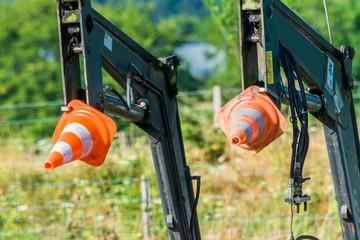 Cônes en protection sur un engin de chantier.