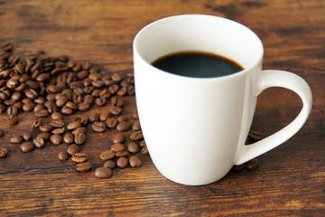 コーヒーと豆と木製テーブル