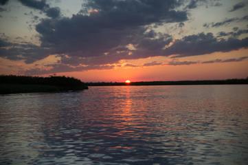 Sonnenuntergang auf dem Okavango Fluss in Botswana