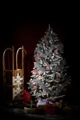 Weihnachtsbaum mit Päckchen und Schlitten - Symbolbild Weihnachten, Studio