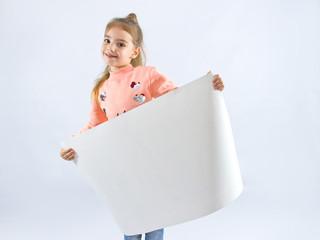маленькая девочка с листом белой бумаги