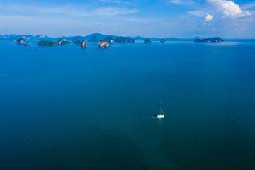 Foto op Plexiglas Zalm Aerial view of a small sailing boat on a beautiful, flat calm tropical ocean