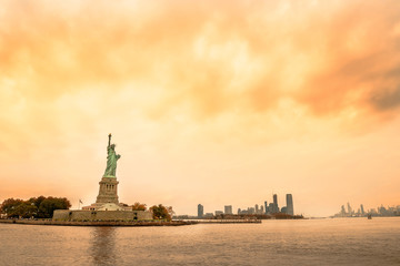 Fotobehang - View of the city of New York and the statue of liberty. and the bay. New York.