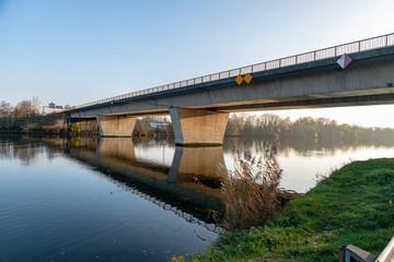Pont à poutres standart sur la Moselle depuis les berges en Lorraine