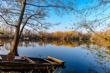 Barque échouée à l'abandon sur un étang en amont de la Moselle en automne