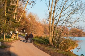 Un couple de retraités se promène sur les berges de la Moselle