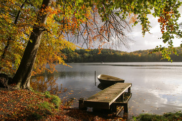 romantische Herbst Landschaft mit schönem Herbstlaub am See