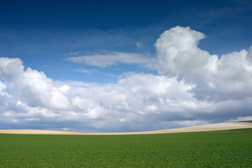 beau ciel sur un paysage de la campagne