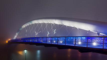 Fototapeta Oświetlony most w nocy we mble obraz