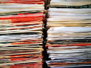 Vinyl Schallplatten und Singles in weißen und roten Hüllen auf dem Flohmarkt bei den Golden Oldies in Wettenberg Krofdorf-Gleiberg bei Gießen in Mittelhessen