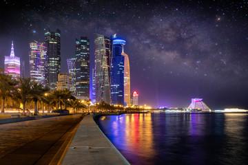 Die beleuchtete Doha City im Emirat Katar am Abend mit Sternenhimmel