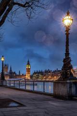 Poster London Der Big Ben an der Themse in London an einem Abend im Winter