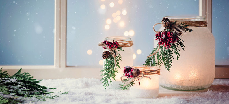 Winterlaternen, weihnachtlich vor einem Fenster dekoriert - Banner, Header,