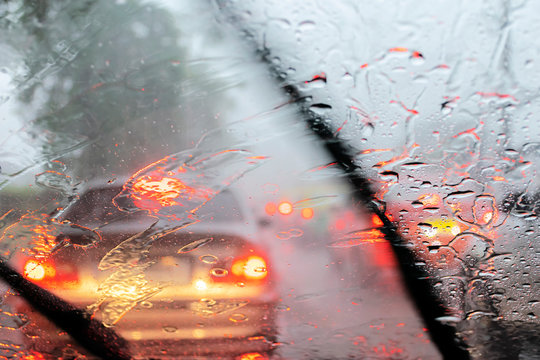 Heavy rain, visibility is difficult. Turn on the wiper to help solve the problem.