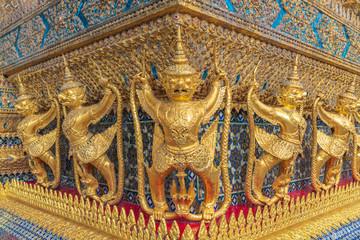 黄金のガルーダ像