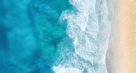 Autocollant pour porte Eau Beach and waves from top view. Turquoise water background from top view. Summer seascape from air. Top view from drone. Travel concept and idea
