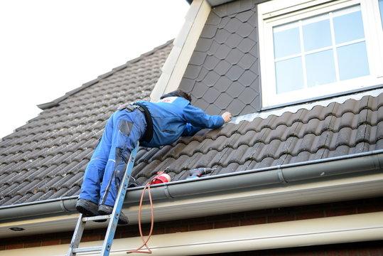Dachdecker in Gefahr: Absturzsicherung vorhalten