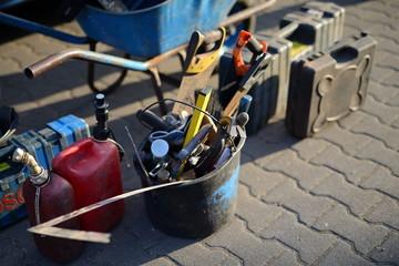 Dachdecker Hand Werkzeug: Latthammer, Zange, Säge, Hammer, Kanister, Metall Werkzeug, Hammer und Wasserwaage