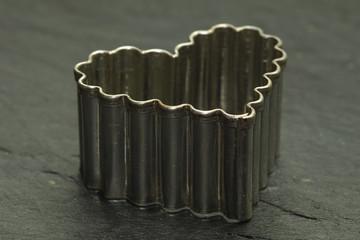 Backform für Plätzchen in Her zform auf einer Schieferplatte
