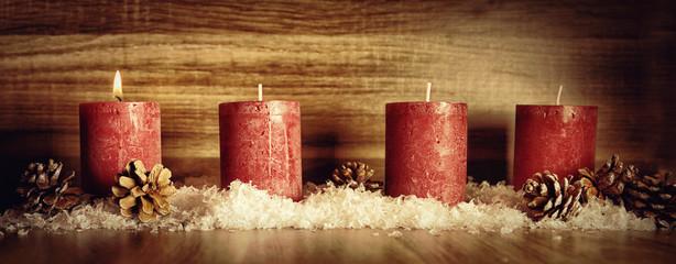 1. Advent Dekoration mit einer Kerzenflamme, Schnee