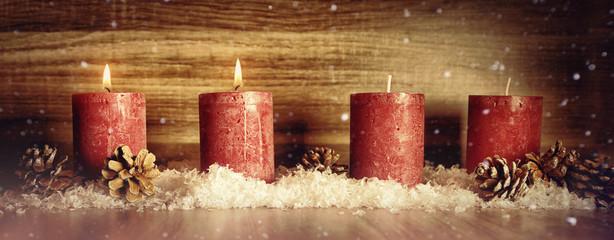 2. Advent Dekoration mit einer Kerzenflamme, Schnee