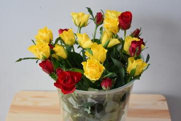 Obraz róże w wazonie - fototapety do salonu