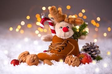 Niedliches Stofftier im Kinderschuh zum Nikolaus