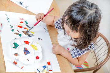 1人お絵描き遊ぶ幼い女の子。育児、教育、知育、子育てイメージ
