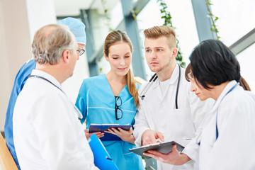 Gruppe Klinik Ärzte plant  eine Operation