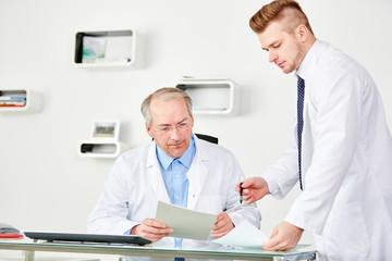 Älterer Arzt als Chef mit jungem Kollegen
