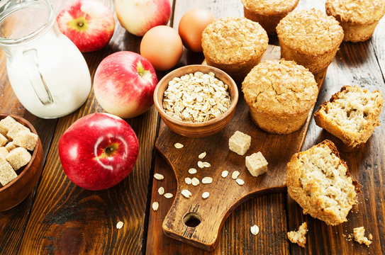 Oat muffins with apple