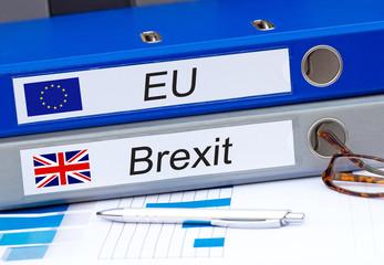 EU und Brexit zwei Ordner im Büro mit Flagge und Text