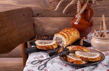 рулет с начинкой из говядины на кухонном столе