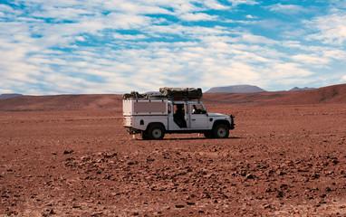 Allrad Geländewagen in der Steinwüste vom Etosha-Nationalpark vom in Namibia, Südafrika