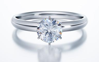 Diamantring liegend auf Weiss