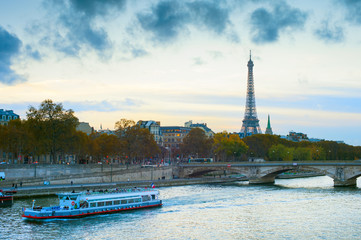 Fotomurales - Eiffel Tower cruise boat Paris