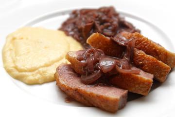 Entenbrust mit Kartoffelpüree und Rotwein-Zwiebelsosse