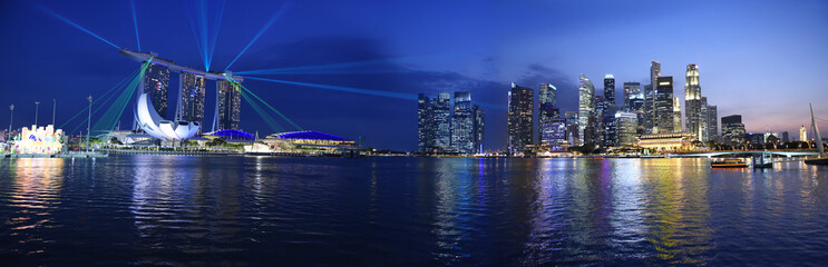 Singapore panorama skyline view to the Marina Bay and business district while sunset with light show, skyline landscape Fototapete