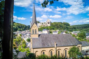 Kirche und Ruine Larochette Luxemburg