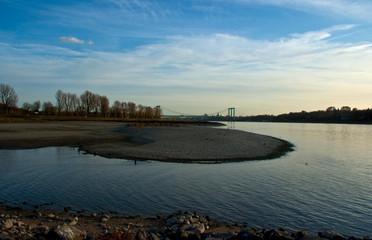 Niedrigwasser am Rheinufer bei Köln
