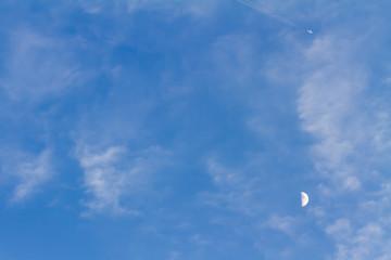 青空と月と飛行機