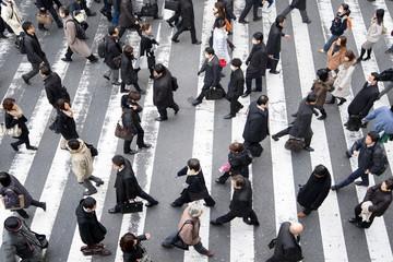 Fotomurales - Viele Menschen überqueren eine Straße