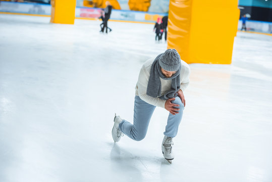 man injured knee while skated on ice rink